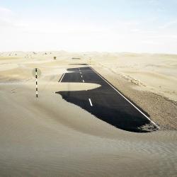 Droga w Kuwejcie po burzy piaskowej.