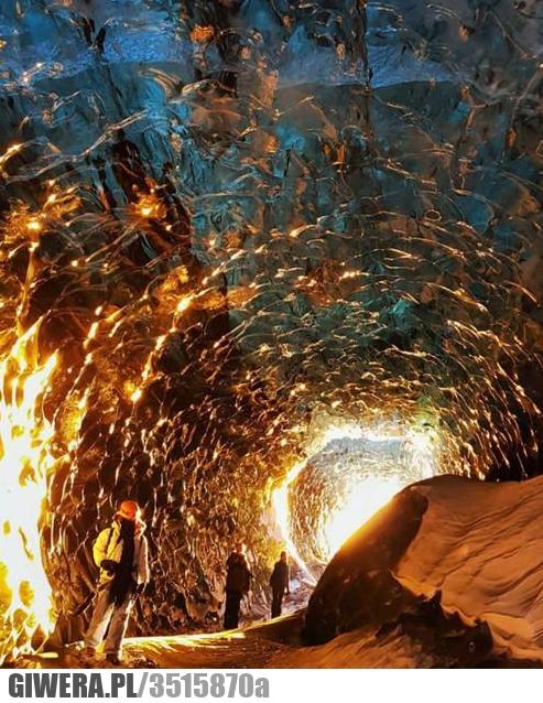Zachód słońca w lodowej jaskini