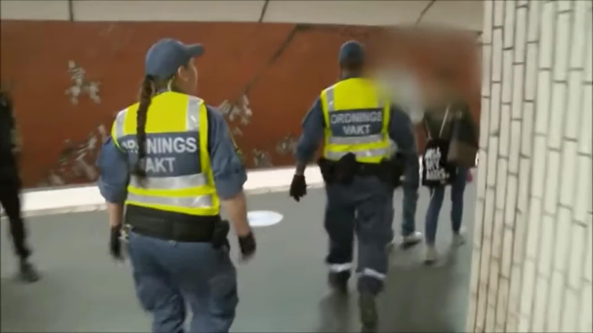 Imigranci atakują ochroniarzy.  Groźna sytuacja w metrze
