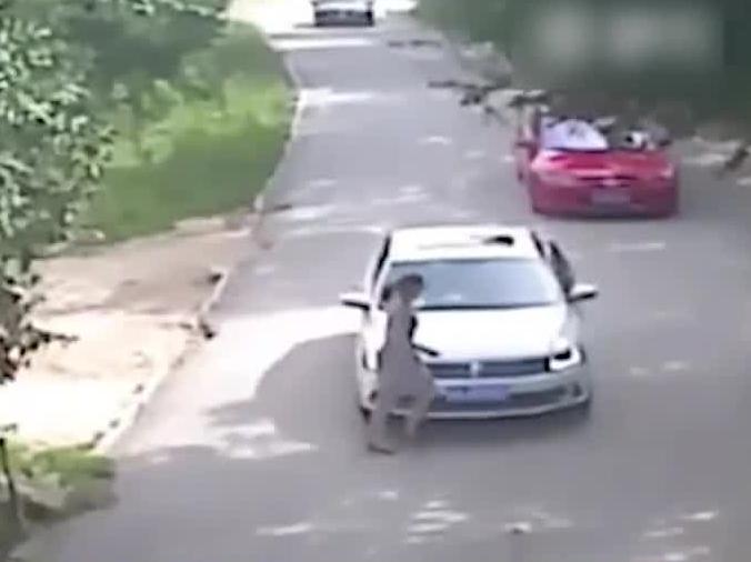 Kobieta po kłótni z mężem wychodzi z samochodu