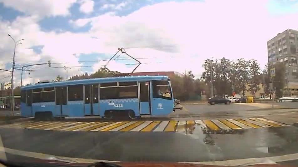 Dziewczyna w słuchawkach wchodzi pod tramwaj +18
