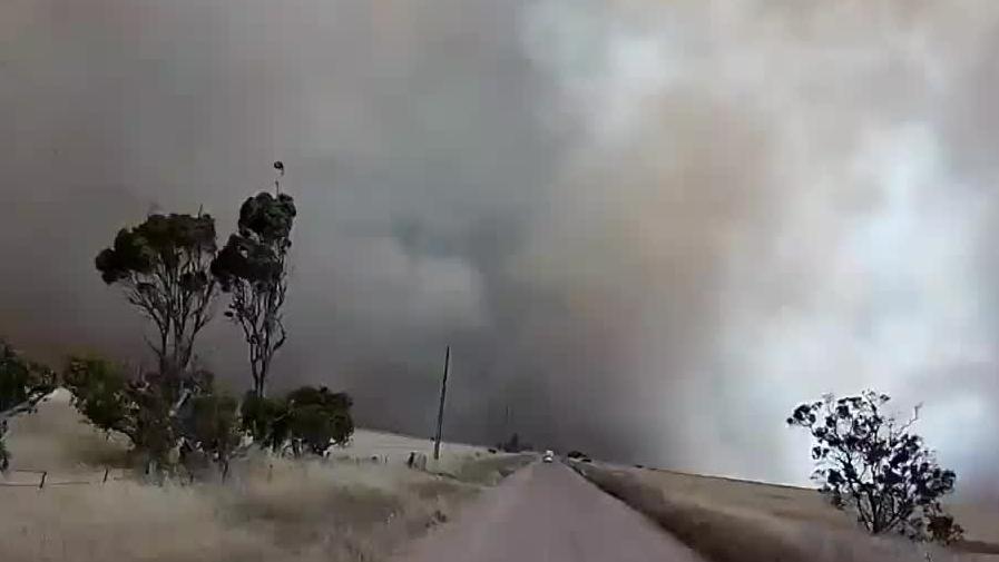 Pożar zaskakuje strażaków