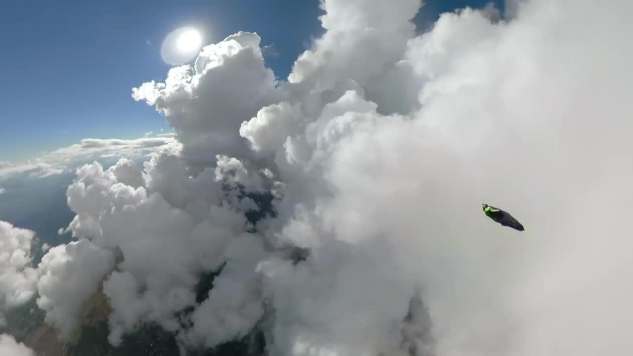 Niesamowity przelot przez chmury