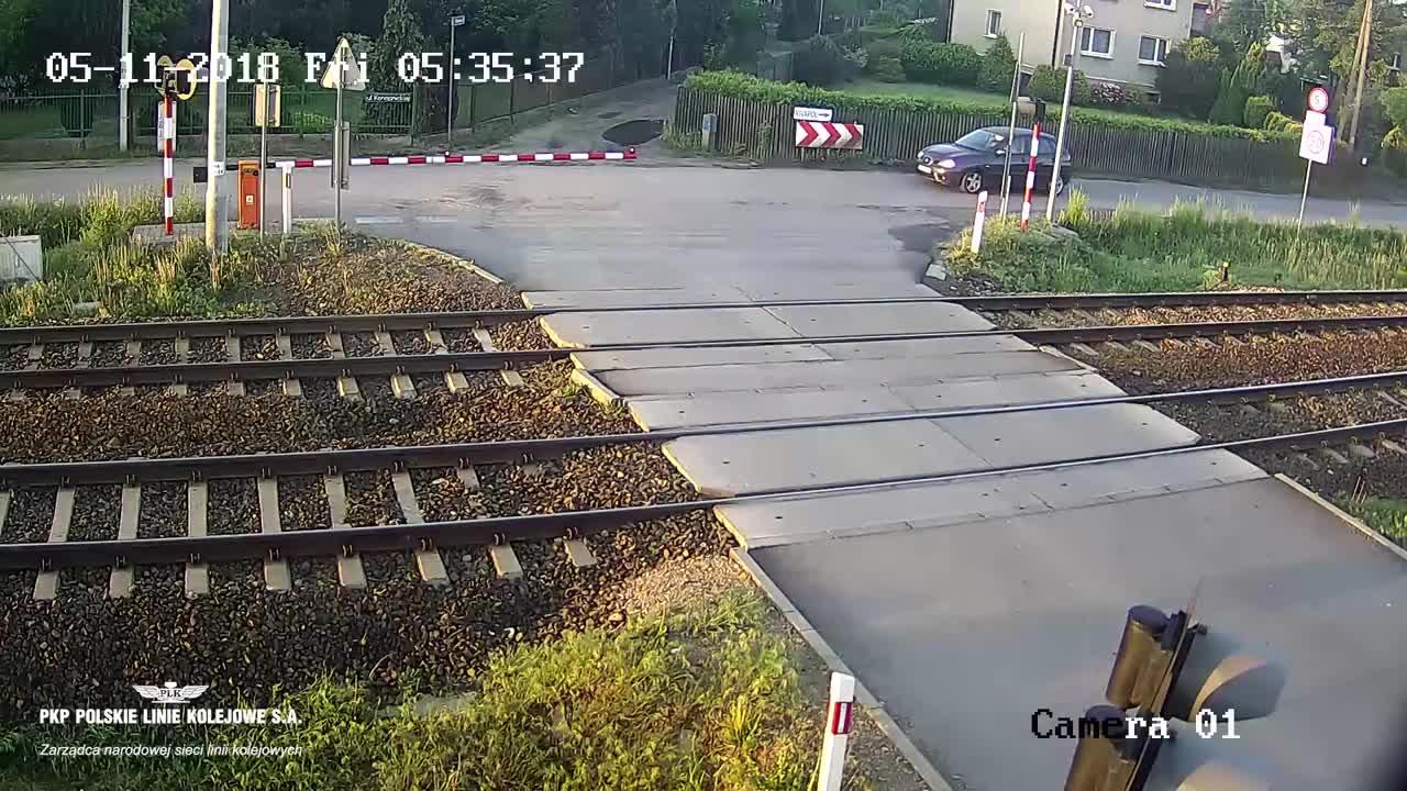 Zderzenie auta osobowego z pociągiem towarowym