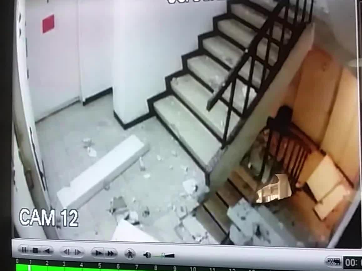 Klatka schodowa podczas trzęsienia ziemi