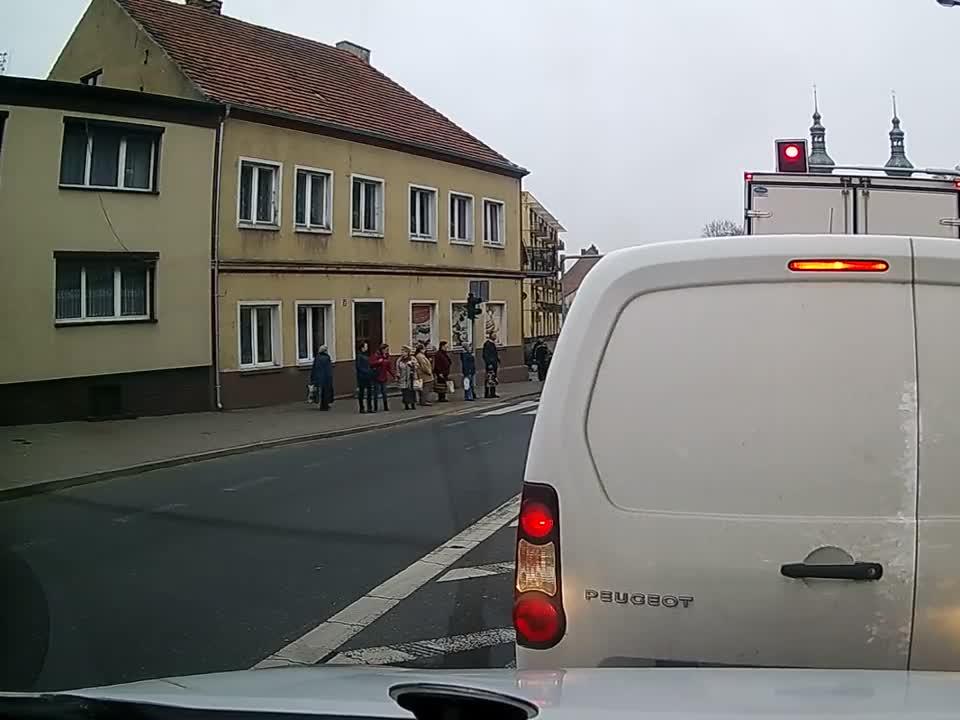 Ujście: Ciężarówka przewraca się na zakręcie