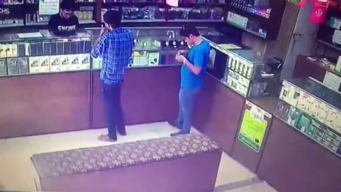 Odpalenie papierosa powoduje wybuch ulatniającego się gazu w sklepie +18