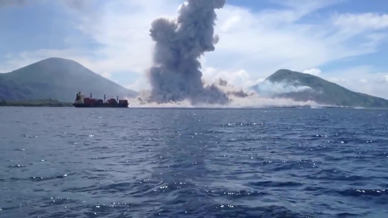 Erupcja wulkanu w Papui-Nowej Gwinei nagrana na kamerze